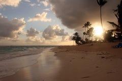 Nuvole di tempesta, tempesta che passa l'oceano, nuvole drammatiche dopo la linea della costa della tempesta immagini stock