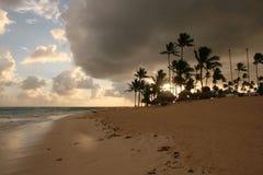Nuvole di tempesta, tempesta che passa l'oceano, nuvole drammatiche dopo la linea della costa della tempesta immagine stock
