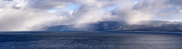 Nuvole di tempesta che si riuniscono sopra il sud il lago Tahoe un giorno di inverno croccante, California fotografie stock libere da diritti
