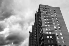 Nuvole di tempesta del blocchetto di torre Fotografia Stock