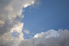 Nuvole di tempesta della riunione e luce di tramonto fotografie stock