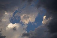 Nuvole di tempesta della riunione e luce di tramonto fotografia stock