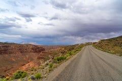 Nuvole di tempesta e strada della ghiaia nell'Utah del sud fotografia stock libera da diritti