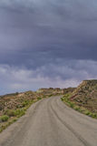 Nuvole di tempesta e strada della ghiaia nell'Utah del sud immagini stock
