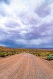 Nuvole di tempesta e strada della ghiaia nell'Utah del sud immagini stock libere da diritti