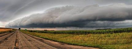 Nuvole di tempesta potenti e belle al tramonto fuori di Sioux Falls, Sud Dakota durante l'estate fotografia stock