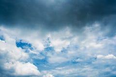 Nuvole di tempesta scure, nuvole con fondo, nuvole scure prima di un temporale Fotografie Stock Libere da Diritti