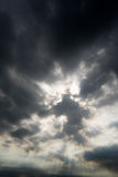 Nuvole di tempesta scure, nuvole con fondo, nuvole scure prima di un temporale Immagini Stock