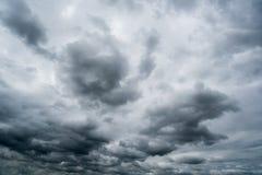Nuvole di tempesta scure, nuvole con fondo, nuvole scure prima di un temporale Fotografia Stock