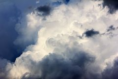 Nuvole di tempesta scure prima di pioggia immagine stock libera da diritti