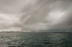 Nuvole di tempesta scure sopra il mare adriatico Fotografie Stock