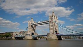 Nuvole di Timelapse che passano il ponte della torre di Londra video d archivio