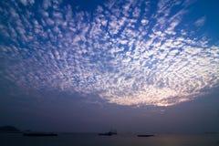 Nuvole di tramonto vicino alla riva Immagini Stock
