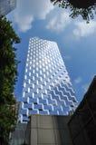 Nuvole di vetro moderne del cielo blu della costruzione fotografia stock libera da diritti