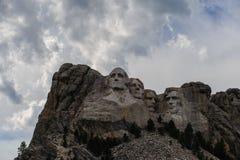 Nuvole dietro il monte Rushmore immagine stock