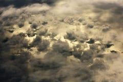 Nuvole drammatiche che galleggiano sopra l'oceano di mattina Fotografia Stock
