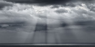 Nuvole drammatiche con i sunstreaks Immagine Stock Libera da Diritti