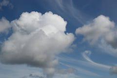 Nuvole drammatiche con i turbinii wispy fotografie stock libere da diritti