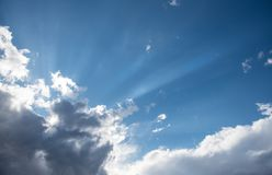 Nuvole drammatiche del cumulo bianco Immagine Stock