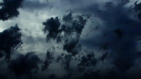 Nuvole drammatiche di lasso di tempo della tempesta (inchiostro scuro) archivi video