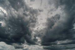 Nuvole drammatiche di temporale al cielo scuro Fotografie Stock