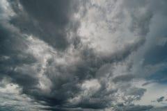 Nuvole drammatiche di temporale al cielo scuro Fotografia Stock