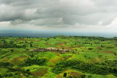 Nuvole drammatiche e paesaggio grandangolare Fotografie Stock Libere da Diritti