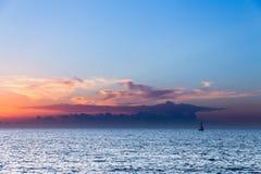 Nuvole e barca a vela del mare Immagine Stock Libera da Diritti