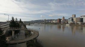 Nuvole e cielo blu bianchi commoventi con l'orizzonte Timelapse della città a Portland Oregon 1080p archivi video