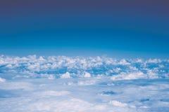 Nuvole e cielo blu bianchi lanuginosi con lo spazio della copia, vista dell'aeroplano Fotografia Stock