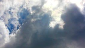 Nuvole e cielo blu commoventi stock footage
