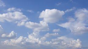 Nuvole e cielo blu gonfi bianchi Fotografie Stock