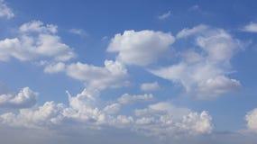 Nuvole e cielo blu gonfi bianchi Immagini Stock