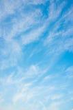Nuvole e cielo blu sottili Immagine Stock Libera da Diritti