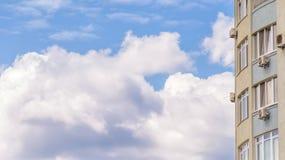 Nuvole e costruzioni Fotografie Stock Libere da Diritti