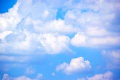 Nuvole e fondo bianchi 171018 0165 del cielo blu Immagini Stock