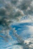 Nuvole e la luna nel cielo al eventide fotografia stock libera da diritti