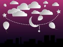 Nuvole e la luna nel cielo e nelle costruzioni di sera Fotografia Stock Libera da Diritti