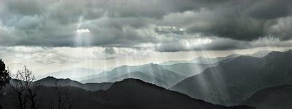 Nuvole e luce solare in montagna dell'Himalaya, gradazione di grigio Immagini Stock Libere da Diritti