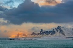 Nuvole e luce solare sopra il golfo del norvegese di inverno Fotografia Stock Libera da Diritti