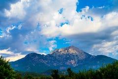Nuvole e montagne Immagine Stock