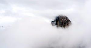 Nuvole e movimento della nebbia nella cupola mezza Yosemite della copertura Immagini Stock Libere da Diritti