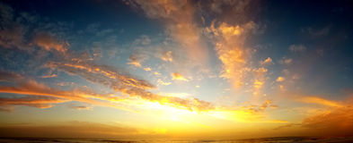 Nuvole e panorama della spiaggia Immagine Stock