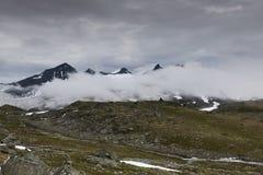 Nuvole e picchi di alta montagna Fotografie Stock Libere da Diritti