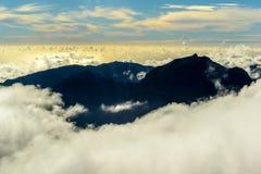 Nuvole e picchi sopra il più alta montagna del Madera Pico Ruivo, Portogallo Fotografia Stock