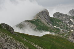 Nuvole e picco alpino Alpi marittime, Italia Fotografia Stock