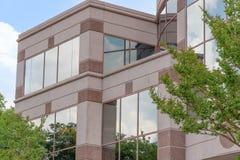 Nuvole e riflessione degli alberi su costruzione corporativa Fotografie Stock Libere da Diritti