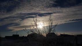 Nuvole e un pezzo di cielo blu sopra i tetti delle case La siluetta ed il sostegno sul tetto alloggia il cielo di tempo del tramo Fotografie Stock Libere da Diritti