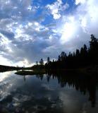 Nuvole ed acqua dei pini della siluetta del lago Fotografia Stock Libera da Diritti