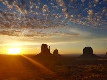 Nuvole ed alba in valle del monumento immagine stock